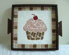 Linda bandeja de mdf trabalhada com mosaico com desenho Cupcake. Mede 17x17 cm