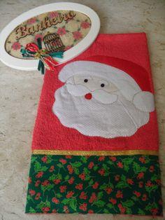 Kit plaquinha de Natal e toalha p/lavabo.  Feito artesanalmente com placa em MDF.  Acabamento com papel scrapbook, fita em organza, e aplique de papai noel, medindo 24x15 cm  Tolha lavabo c/aplique de papai noel fita metalizada tecido 100% algodão, medindo 70x42 cm  Podendo alterar a cor e o acabamento .  Para escolher a cor e os detalhes só entrar em contato. R$ 72,00