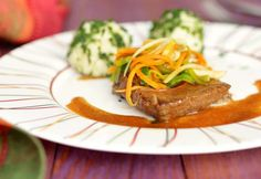 Gedünstetes Rindsschnitzel  Foto: A. Sheldunov Thai Red Curry, Steak, Sandwiches, Ethnic Recipes, Food, Browning, Easy Meals, Chef Recipes, Cooking