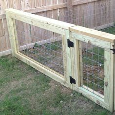 Cattle panel fence, fence panels, diy dog run, backyard projects, backyard ideas Dog Proof Fence, Diy Dog Fence, Diy Dog Gate, Dog Run Fence, Pallet Fence, Dog Fence Ideas Cheap, Farm Fence, Rustic Fence, Fence Stain