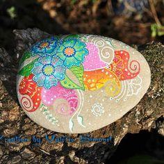Galet peint fleurs mehndi  #handmade #handpainted #faitmain #paintedpebble #paintedpebbles #galetpeint #stone #stonepainted #stonelover #stonelovers #handmadewithlove #gift #rock #pebble #pebbles #painting  https://www.etsy.com/fr/shop/GaiaCreationFR?ref=hdr_shop_menu