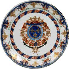 Assiette Delft à décor polychrome Imari ; au centre, les armoiries du duc de Penthièvre (1737-1793), amiral de France. Galon de fleurs de lys sur les bords et filet bleu sur le bord. XVIIIe s.