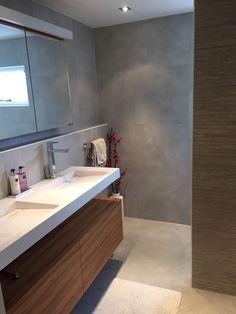 Prachtig resultaat van een woningrenovatie in Amsterdam. De woonkamer en badkamer zijn betegeld met onze grijs/wit Beton Cire look tegels in het formaat 60×60. De sfeer is heel goed bepaald door de juiste kleuren en contrasten die uit de keuze van de meubels voortvloeien. Beton Cire is een veel gezocht product voor wanden en bij Tegels & Laminaat verkrijgbaar in keramische vorm tegen een betaalbare prijs!
