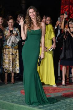 Gisele Bundchen attends the Green Carpet Fashion Awards Italia 2017 during Milan Fashion Week Spring/Summer 2018 on September 24 2017 in Milan Italy Gisele Bundchen, 90s Models, Fashion Models, Celebrity Outfits, Celebrity Style, Gala Dresses, Milan Fashion Weeks, Dress And Heels, Retro Dress