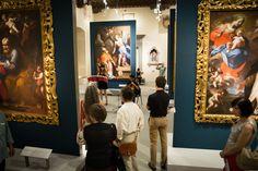 I visitatori del Pretorio si godono l'esibizione musicale ammirando le opere d'arte