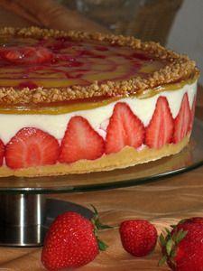 Фото к рецепту: Клубнично-персиковый торт с творожно-йогуртным кремом