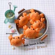 Adorable crabs at the beach decopan/decorative bread. Japanese Bread, Japanese Sweets, Japanese Food, Cute Snacks, Cute Desserts, Bento Recipes, Bread Recipes, Amazing Food Art, Real Food Recipes