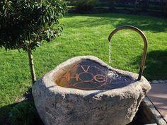 Wunderschöner Findlingsbrunnen mit Wassereinlauf.
