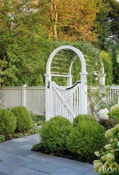 Beautiful gate and fence landscaping idea