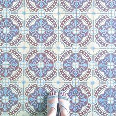#ihavethisthingwithfloors#ihavethisthingwithtiles#ihavethisthingwithfloor#ihaveathingwithfloors#selfeet#selffeet#feetmeetfloors#feetstagram#feetlovers#lookdown#lookingdown#tiles#tile#floor#gray#homedecor#dailydoseofcolor#sandals#amazingfloorsandwanderingfeet#lookyfeets#fromwhereistand#floorsthatilove#viewfromthetop#carrelage#ceramictiles#tiletuesday#tileaddiction by riri_selfeet