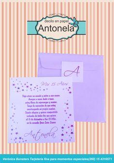 Tarjeta cuadrada muy simple en papel y sobre nacarado