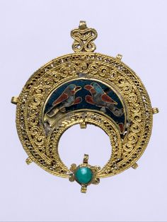 Egypt | Islamic crescent-shaped pendant with confronted birds; gold, cloisonné enamel, turquoise; filigree | 11th century
