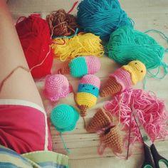 Trabalhando no domingo? Não Pra mim é diversão! #crochet #croche #sorvete #amigurumi #picole #artesanato by raphaelydemelo