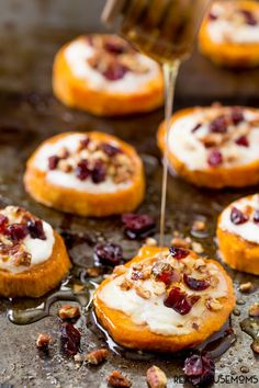 Sweet potato rounds with goat cheese are the perfect easy holiday party appetizer! This sweet potato goat cheese appetizer is beautiful and easy to make topped with creamy goat cheese, crunchy pecans, sweet dried cranberries and drizzled with honey. Appetizers For Party, Appetizer Recipes, Potato Appetizers, Goat Cheese Appetizers, Recipes With Goat Cheese, Sweet Potatoe Appetizer, Vegetable Appetizers, Appetizer Ideas, Gastronomia