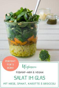 FODMAP-armes Rezept für Salat im Glas mit Broccoli, Hirse, Karotte, Spinat und Pestodressing. Das perfekte Essen zum Mitnehmen. Als Mittagessen im Büro, Uni oder Schule. Vegan, ohne Milch, ohne Ei, ohne Nüsse, laktosefrei, glutenfrei, fructosearm. Noch mehr gesunde FODMAP-arme Rezepte findest du auf meinem Blog www.weglasserei.de Dort findest du außerdem Tipps und Motivation, um deine Nahrungsmittelunverträglichkeit, Lebensmittelunverträglichkeit und deinen Reizdarm in den Griffe zu…