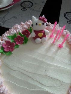Hello Kitty ja kukat sokerimassaa tytön 4-vuotiskakussa.