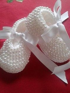 Crochet Baby Booties With Pearls - Free Pattern [Video] - SalvabraniThis Pin was discovered by AytCrochet Baby Booties Slippers for Spring and Crib Walkers, Easy Quick Crochet Gifts for Baby girl and boySneaker in Croche mit Perlepixels