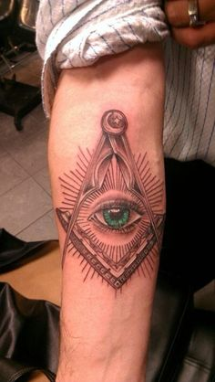 Masonic tattoos can cause some controversy seeing how not all Brothers agree with the practice. Here are my thoughts + 90 different masonic tattoo designs. Freemason Tattoo, Masonic Tattoos, Illuminati Tattoo, Illuminati Symbols, Masonic Symbols, Masonic Art, Occult Symbols, Freemasonry, Creative Tattoos