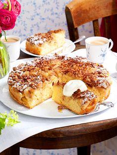 Köstliche Wendung: Weil man den Apfel-Walnuss-Kuchen nach dem Backen stürzt, wird die süße Karamellschicht zum köstlichen Topping.