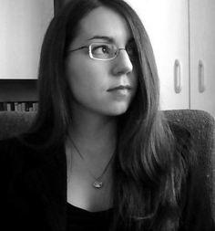 2008, nyár  húgom születésnapjára készülődve sikerült ezt a csodálatosan titkárnős képet elkészíteni; remélem, lesz még ilyen szép hajam (hosszra biztos, de amúgy)