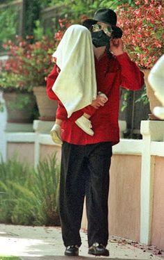 Michael Jackson Out with his children and Nanny 1998 ~ MJLyrics Mike Jackson, Paris Jackson, Jackson Family, Michael Jackson Fotos, Michael Jackson Wallpaper, Elizabeth Taylor, Mj Kids, Legendary Singers, The Jacksons