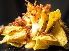 Nachos med bacon og ostesaus Tortilla Chips, Nachos, Cheddar, Tapas, Waffles, Snack Recipes, Baking, Breakfast, Ethnic Recipes