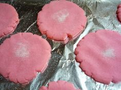 Polvorones Rosas (or Big Pink Mexican Cookies) Wow, the week I have had. NOTHING sweet had been working out for me. I made these chocolate cookies with marshmallows baked inside and I didn't make enough that didn't burst open and/… Mexican Pastries, Mexican Sweet Breads, Mexican Bread, Mexican Dishes, Mexican Bakery, Pan Dulce, Chorizo, Marshmallows, Mexican Cookies