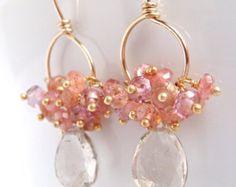 Aretes de oro de piedras preciosas con racimos rosa por aubepine