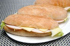 Baguetter er alltid kjekke å ha med til lunsj. Det er lettvint både for den som skal smøre og den som skal spise. Baguette, Hamburger, Lunch, Den, Baking, Eat Lunch, Bakken, Burgers, Backen