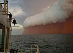 Red Wave dust storm hit the coast of Western Australia Wednesday evening. No extreme damage has been reported. Red Wave dust storm hit the coast of Western Australia Wednesday evening. All Nature, Science And Nature, Amazing Nature, No Wave, Wave Boat, Natural Phenomena, Natural Disasters, Cool Pictures, Cool Photos
