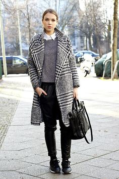Trends: leather joggers, sneakers and boyfriend coat Boyfriend Coat, Outfit Invierno, Sneakers Mode, Love Fashion, Womens Fashion, Cute Outfits For School, Plaid Coat, Mode Outfits, Winter Looks