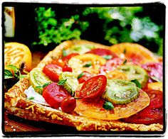 Tomato and Cheese Tart Assorted varieties of tomatoes add color and freshness to this puff pastry tart. The pastry can be made ahead, then topped and baked at the last minute. Corn Recipes, Vegetable Recipes, Pizza Recipes, Fresh Vegetables, Fruits And Veggies, Tomato And Cheese, Goat Cheese, Veggie Cheese, Tomato Pie