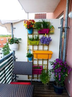 Awesome 80+ Beautiful and Cozy Apartment Balcony Decor Ideas https://decorapatio.com/2017/06/10/beautiful-cozy-apartment-balcony-decor-ideas/