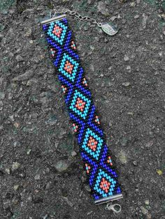 Yuli I needed to show you steps to make a bracelet with natural stone and leather thread with video. Loom Bracelet Patterns, Bead Loom Bracelets, Bead Loom Patterns, Friendship Bracelet Patterns, Native Beading Patterns, Beaded Jewelry Patterns, Bead Loom Designs, Seed Bead Crafts, Leather Thread