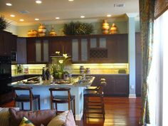 decor for above kitchen cabinets | e13e2ac4fbca344111437286555a1905.jpg