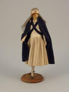 L'infirmière - 1916 Mannequin de mode par LAFITTE-DÉSIRAT. datés de 1910 à 1916.  en peau et cire   pour la duchesse de Broglie, les couturiers rivalisent, pour elle, de raffinement et d'esthétisme. Des mannequins de cire lui sont présentés pour arrêter leurs collections.  Le couturier Henry à la Pensée commande aux demoiselles Lafitte-Désirat cet ensemble de huit mannequins-poupées de présentation