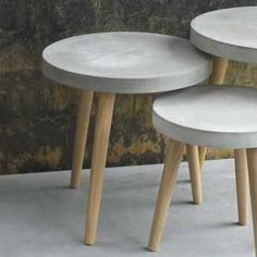 Beton basteln Round coffee table made of concrete on A mix of materials that could not be more modern and innovative: This side table ha. Concrete Stool, Concrete Coffee Table, Concrete Furniture, Diy Coffee Table, Concrete Design, Diy Table, Diy Furniture, Furniture Design, Round Coffee Tables