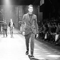 #BazaarFashionWeek La firma Dolce & Gabbana presenta su colección Fall-Winter 2018 y elige a Millennials como el mexicano Juan Pablo Zurita para presentar su más reciente propuesta. :@fashiontomax. #BazaarMx #HarpersBazaarMx #DGFW18 #TelevisaLuxuryMedia #DGMillennials via HARPER'S BAZAAR MEXICO MAGAZINE OFFICIAL INSTAGRAM - Fashion Campaigns Haute Couture Advertising Editorial Photography Magazine Cover Designs Supermodels Runway Models