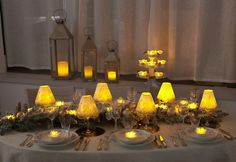 Décoration et lumière pour une table de Noël Bougie Led, Deco Table, Table Decorations, Nice, Tables, Furniture, Home Decor, Pancake Day, Birthday