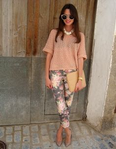How to wear floral pants. A nice pastel shirt with floral pants. Look Fashion, Fashion Outfits, Womens Fashion, Fashion Pants, Spring Summer Fashion, Spring Outfits, Spring Style, Mode Jeans, Floral Pants