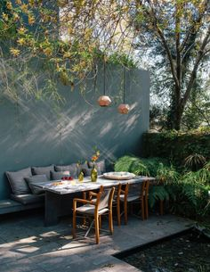 ©Grant Harder Designed by Ezequiel Farca- the Barrancas house in Mexico City. Shot for Dwell. Outdoor Living Patios, Outdoor Dining, Outdoor Tables, Outdoor Spaces, Outdoor Decor, Home Decor Furniture, Outdoor Furniture Sets, Front Courtyard, Balcony Design