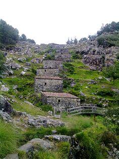 Ruta de Muiños do Folón. Son un grupo de 60 molinos en cascada, declarados Bien de Interés Cultural por la Xunta de Galicia