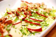 Super dejlig kålsalat med æbler. Her er anvendt en spidskål, men salaten kan også laves med andre typer af kål. Dertil æblebåde og hakkede, saltede mandler. Foto: Guffeliguf.dk.