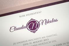 Individuell erstelltes Hochzeitslogo in Aubergine/Pflaume/Lila, Einladung Pocketfold mit Einlegern, in Aubergine Rosa Violett und individuellem Hochzeitslogo. ©passion4paper, www.die-edle-karte.de