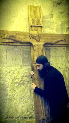 Monje ortodoxo y cruz