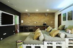Oficina renovada con pallets y otros materiales reciclados en Brasil. Foto