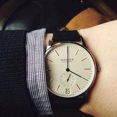 Montre Nomos Orion et son design minimaliste Men's Watches, Cool Watches, Watches For Men, Jewelry Watches, Stylish Watches, Luxury Watches, Men's Accessories, Der Gentleman, Mens Designer Watches