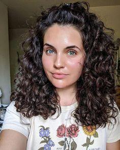 Transform Your Curls With This Easy and Inexpensive Curly Hair Routine Transformez vos boucles avec cette routine de cheveux bouclés Curly Hair Styles, Curly Hair Updo, Curly Hair With Bangs, Curly Hair Tips, Curly Hair Care, Short Curly Hair, Wavy Hair, Natural Hair Styles, Curly Girl