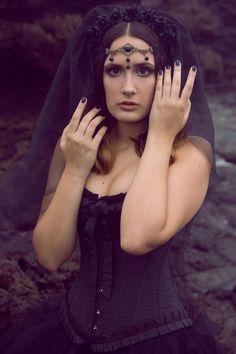 Tocado Velo Negro  Lilith por NebulaXcrafts en Etsy