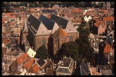 Zwolle-Grote of St.Michaëlskerk: panorama van (deel) van binnenstad van Zwolle met centraal de westzijde van de Grote of St.Michaëlskerk. In de re.bovenhoek is nog net de Sassenpoort te zien. De foto is genomen v.a. de Peperbus.